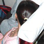 女性を見下ろして胸元の隙間から胸チラおっぱいを隠し撮りエロ画像