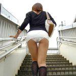 階段の段差を利用してミニスカ女子の見上げパンチラを逆さ撮りエロ画像