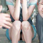 素人娘が座りしゃがんだ時に見える股間の膨らむパンチラを盗撮エロ画像