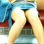 電車内で女性の視線を警戒しながら覗き見る座りパンチラ激写エロ画像