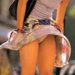 強風の日に高確率で激写できるスカート女性の風パンチラを盗撮エロ画像