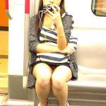 電車でスマホに夢中な素人娘を狙い三角デルタパンチラを盗撮エロ画像