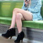 電車で脚を組んで座ってるお姉さんの生脚を激写した脚フェチエロ画像