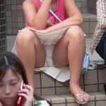 座りしゃがんでるスカート娘の丸見えパンチラを大胆に正面盗撮エロ画像