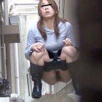 人目を盗んで青姦放尿する女性の痴態を隠し撮りした野ションエロ画像