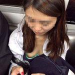 電車で胸元がユルい素人娘の乳首ポロリを激写した胸チラエロ画像