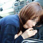 車の中でチンコ咥えてる素人娘を隠し撮りしたフェラチオエロ画像